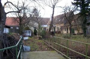 Pohľad na dom od potoka Malina. Časť stavby vpravo už dnes nestojí.