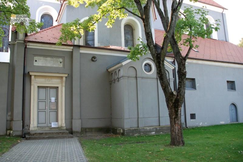 Krypty v Čiernom kláštore v Malackách. Vľavo bol vstup do pálffyovskej časti, vpravo do zvyšných dvoch.