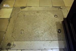 Krypty v Čiernom kláštore v Malackách. Jeden z otvorov, ktorý je v podlahe kostola vidieť aj dnes.