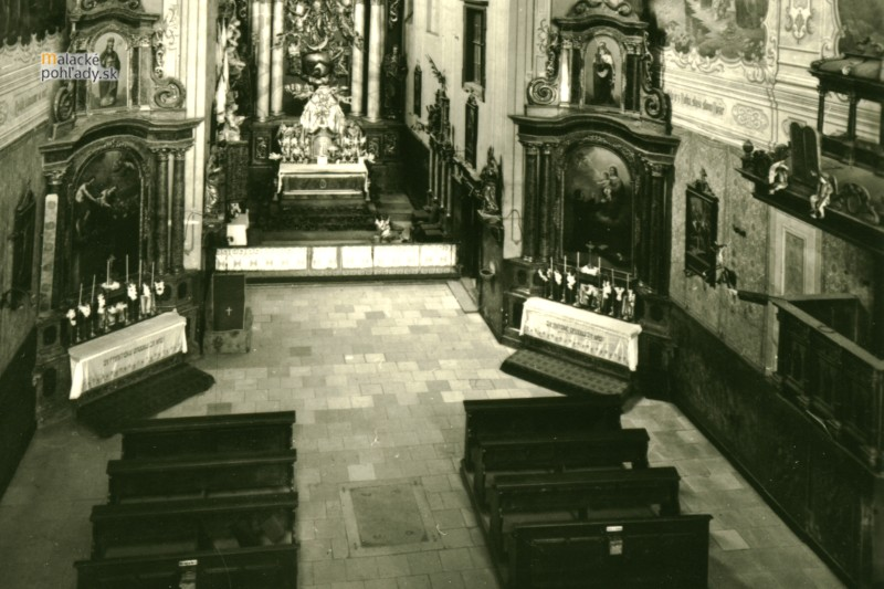 Krypty v Čiernom kláštore v Malackách.  Jeden z niekdajších vchodov, dnes zakrytý kobercom.
