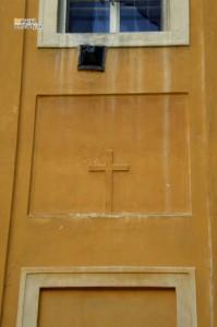 Pôvodný vchod do zámockej kaplnky z parku je už niekoľko desaťročí zamurovaný. Stopou po ňom je len kríž nad pôvodným vchodom.