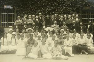 Hyacint Haverla (v strede horného radu) medzi svojimi spevákmi a muzikantmi.