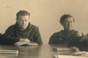 Hyacint Haverla (vpravo) v zborovni františkánskeho gymnázia s Vševladom Gajdošom.