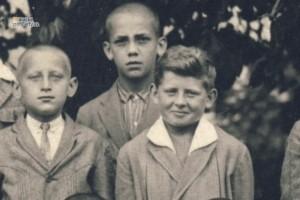 Alfréd Bollardt (vpravo) ako primán na gymnáziu v školskom roku 1927/1928.