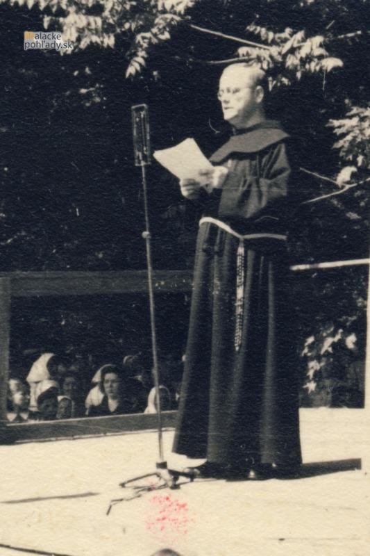 P. Celestín Lepáček, OFM prednáša v zámockom parku v Malackách