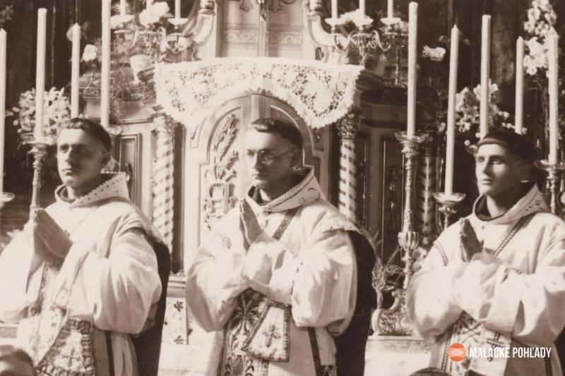 Rudolf Dilong (vpravo) pri prvej sv. omši v rodnej Trstenej so spolurodákmi C. Lepáčkom (v strede) a O. Bednárom
