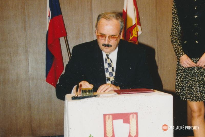 Július Morávek pri podpisovaní sľubu po zvolení za primátora Šale