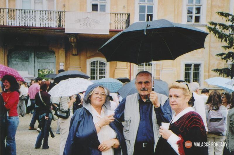 Július Morávek s manželkou a švagrinou na oslavách 800-ročných Malaciek v roku 2006