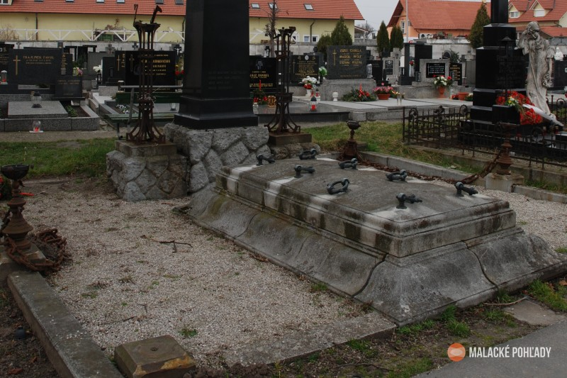 Historický náhrobok Bittnerovcov v Malackách