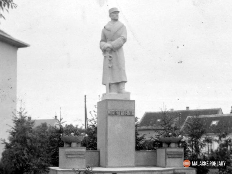 Socha Štefánika v Malackách