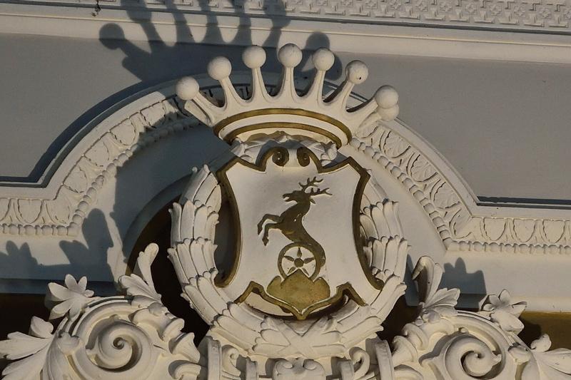 Pálffyovský erb s grófskou korunkou v kryptách Čierneho kláštora v Malackách.