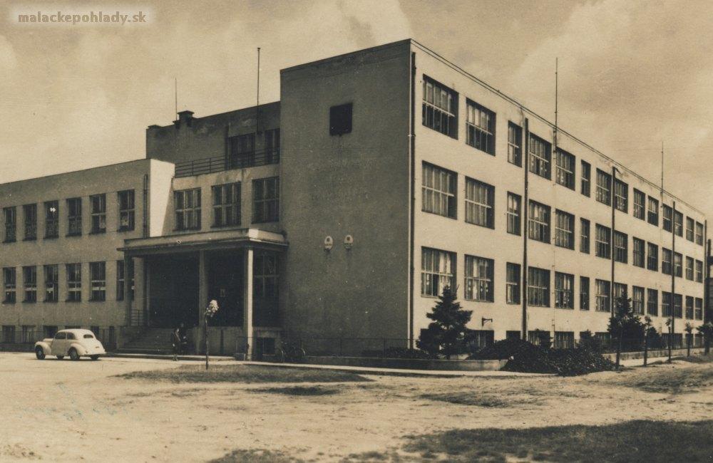 Dérerova škola má osemdesiat rokov