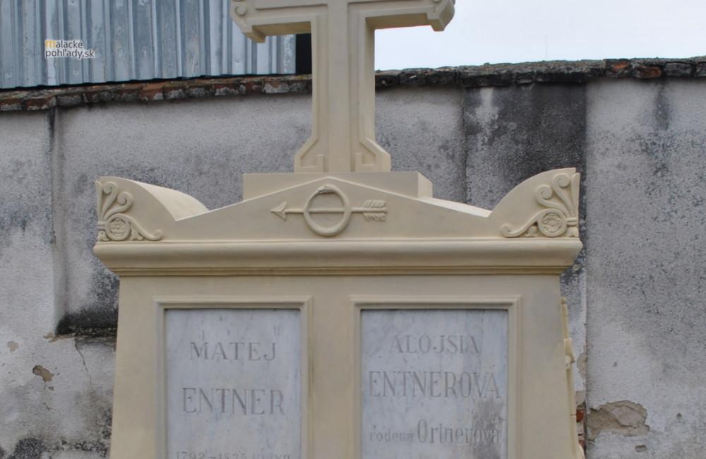 Historický náhrobok po reštaurovaní