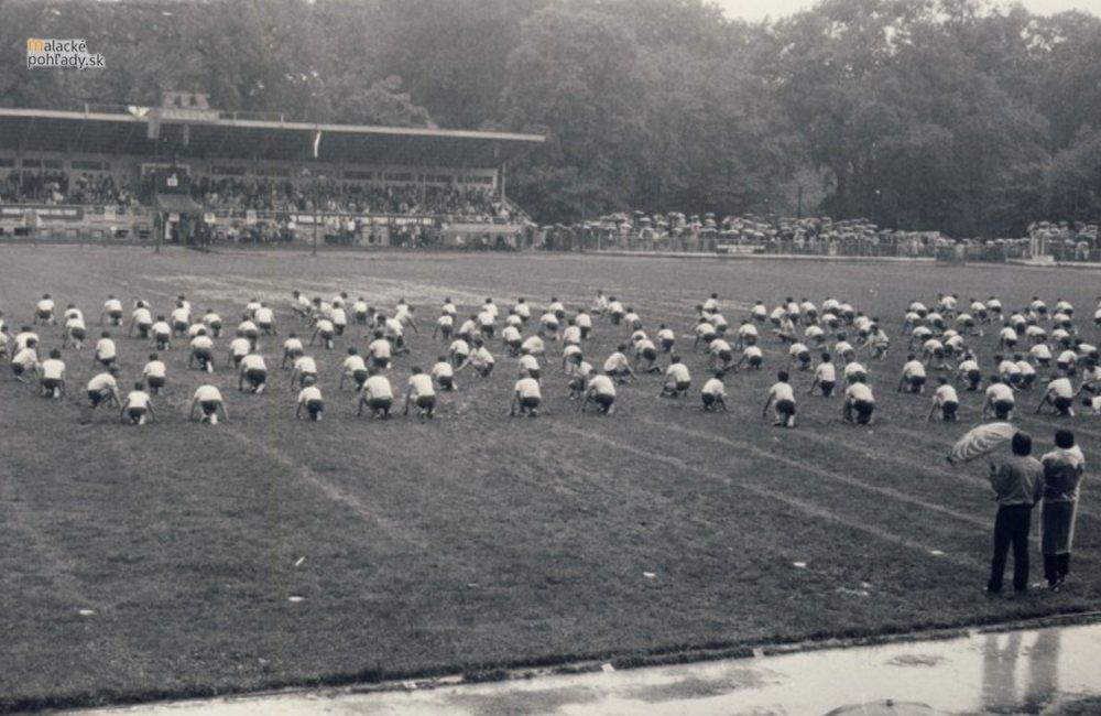 Stroj času - Futbalový štadión