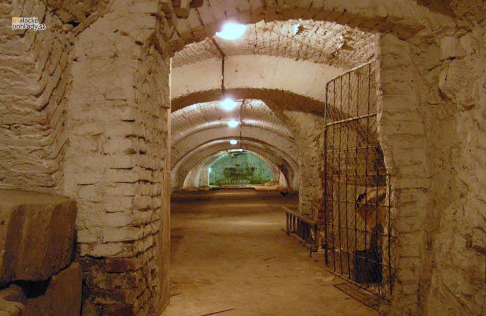 Čo sa nachádza v pivniciach pod kláštorom?