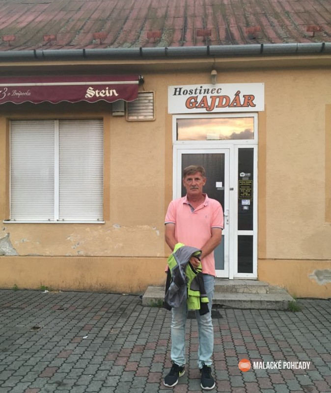 Vlado Handl pred hostincom Gajdár v Malackách
