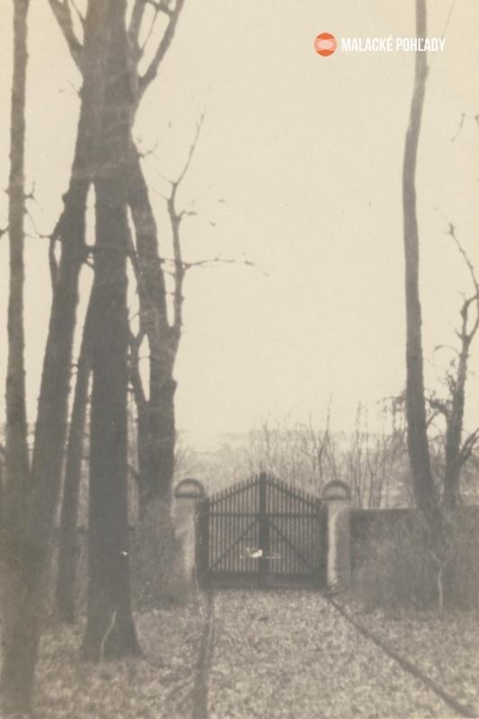 Červená brána v zámockom parku v Malackách, okolo 1918