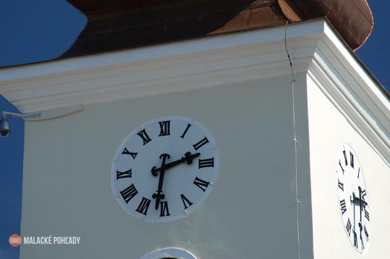 Ciferníky hodín na veži farského kostola v Malackách