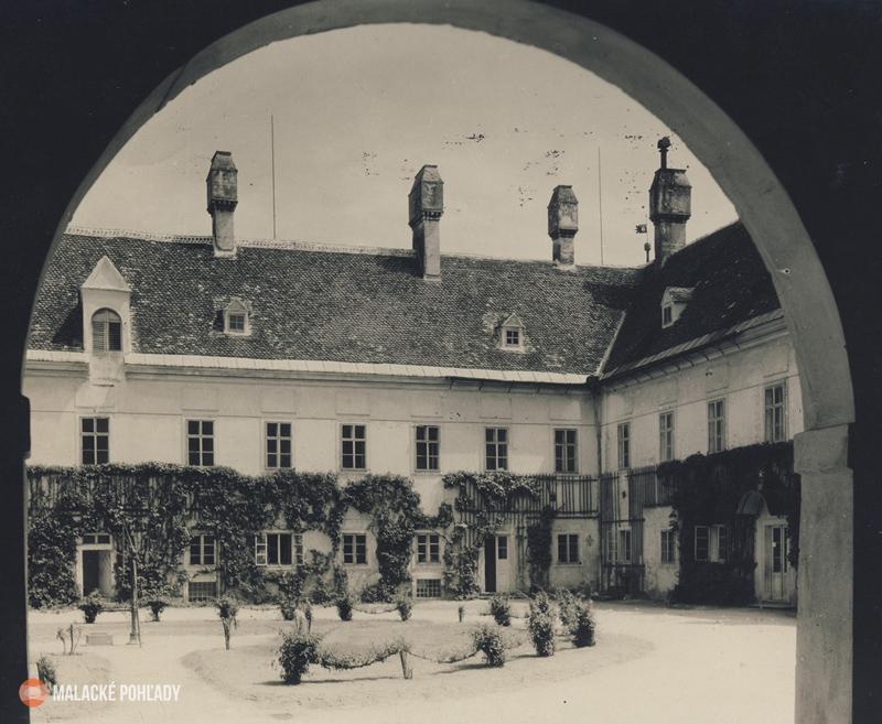 Nádvorie zámku Pálffyovcov Malacky, cca 1930